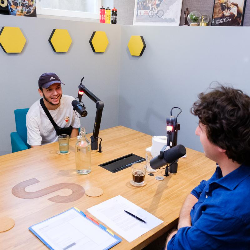 Jesse en Sahil in de podcast-studio